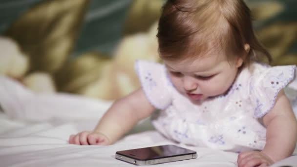 Kojenecká dívka poslouchá na mobilní telefon
