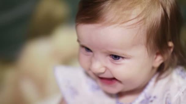 bambina esprime emozioni diverse