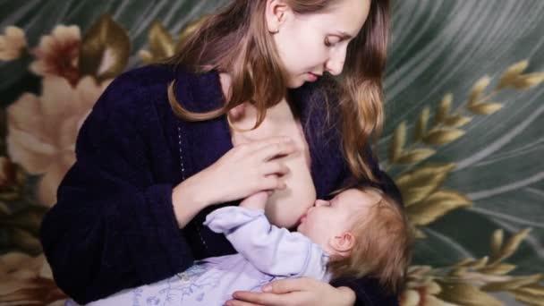 Junge Frau stillen ihrer Tochter
