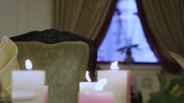 Skupina dekorativní hořící svíčky