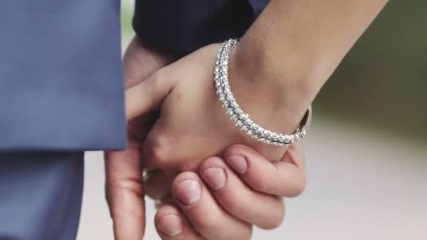 ženich a nevěsta odchází držel ruku