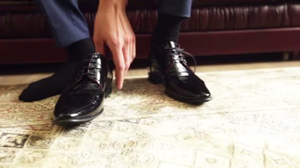 detail vázání tkaničky na drahé boty