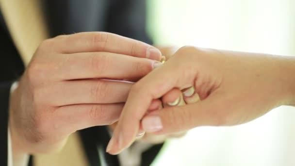 ženich a nevěsta vyměňovat snubní prsteny
