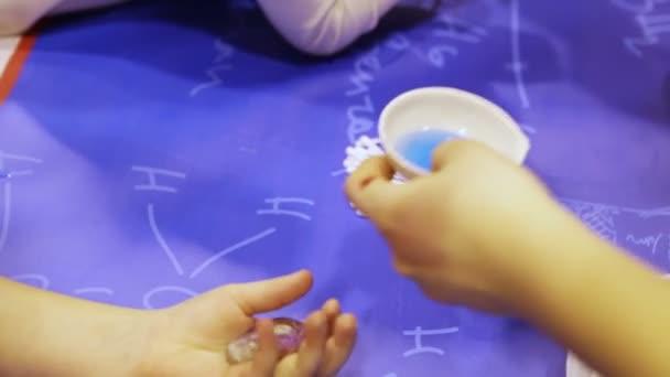 děti provádějí experimenty