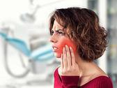 Fotografie Mädchen mit schmerzhaftem Zahn