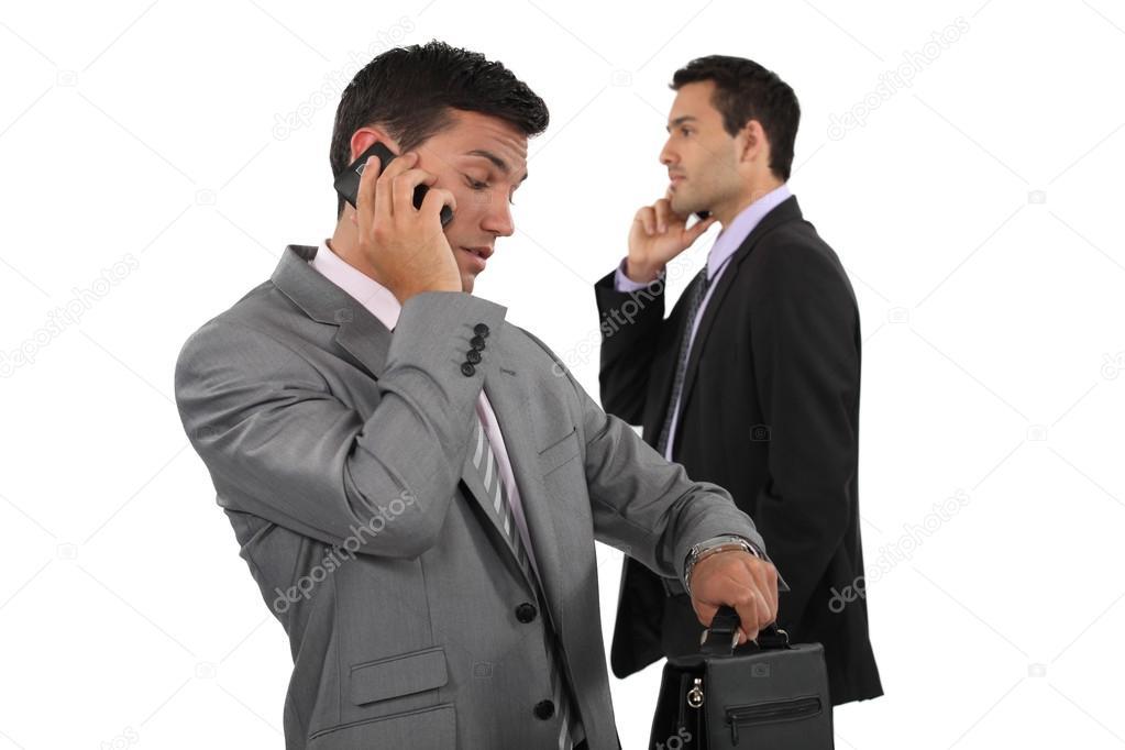 картинка двух людей разговаривающих по телефону