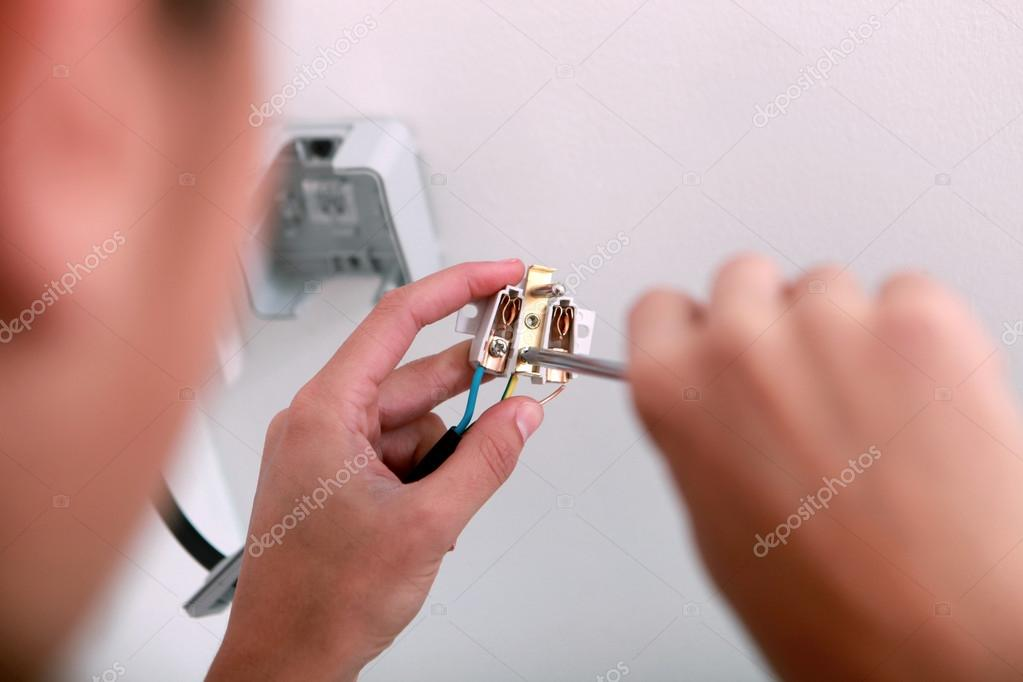 Elektriker Verkabelung einen socket — Stockfoto © photography33 ...