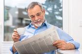starší muž s novinami