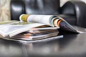 Fényképek halom újsággal otthon