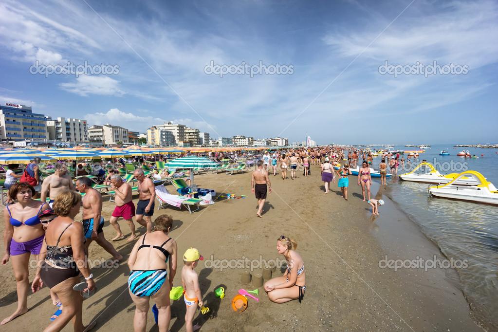 Matrimonio Sulla Spiaggia Emilia Romagna : Persone sulla spiaggia di cattolica emilia romagna