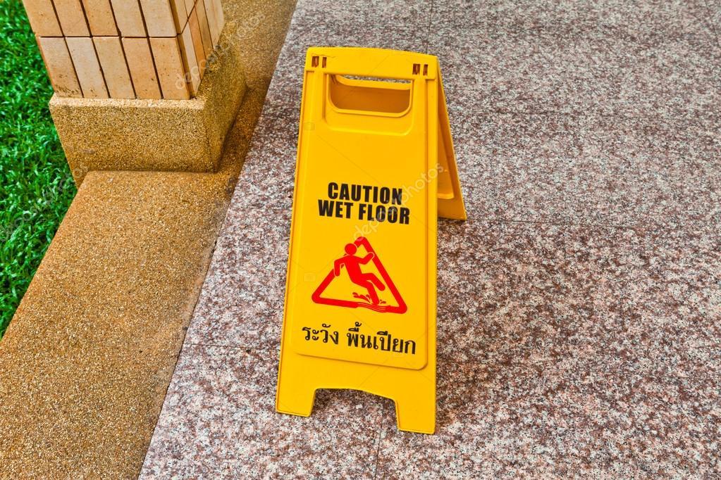 Segno di attenzione pavimento bagnato sul pavimento u foto stock