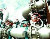 Průmyslová zóna, ocelové potrubí a kabelů v zelených tónech
