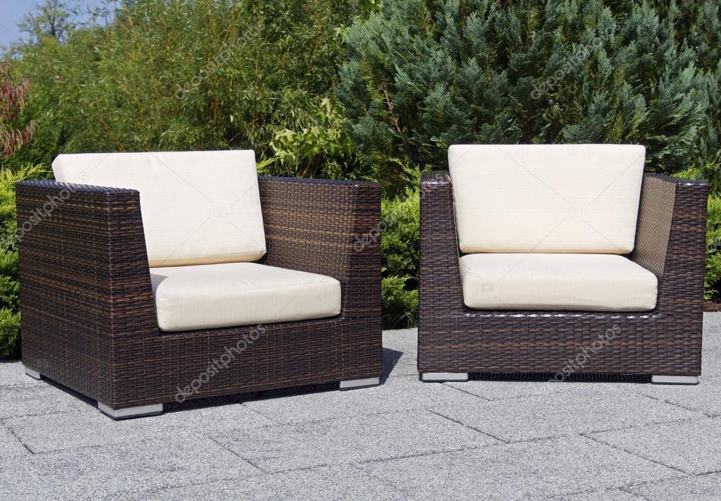sillones de mimbre muebles al aire libre en la terraza