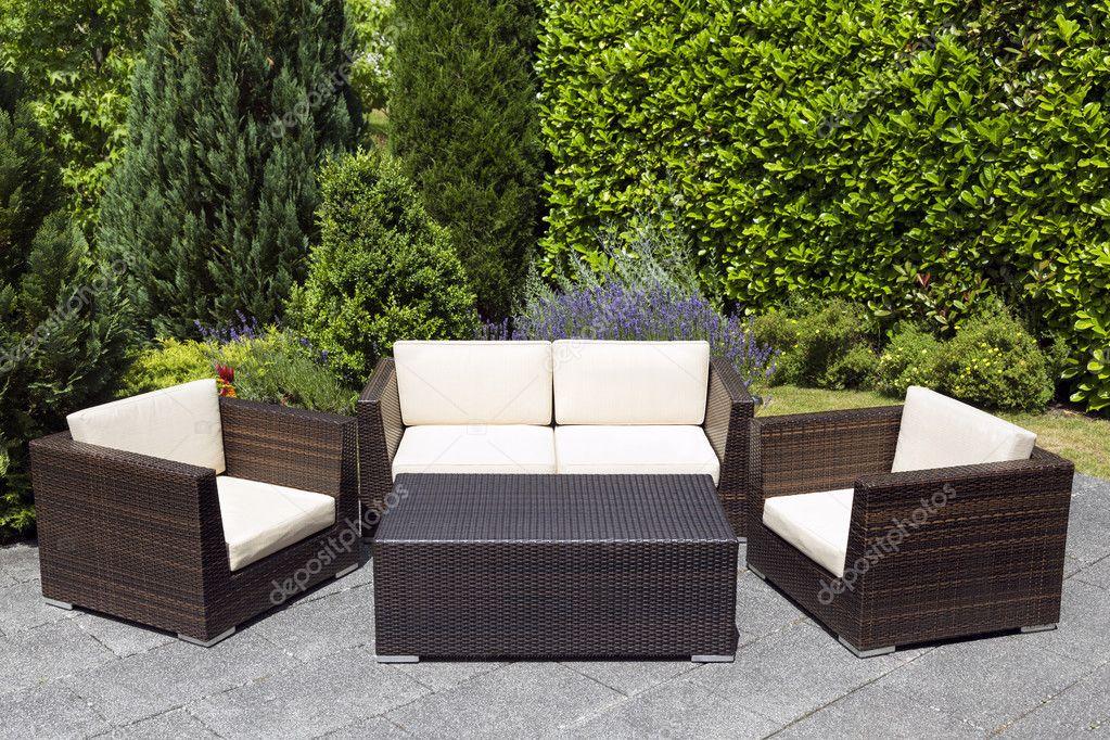 Grupo de muebles de jardín al aire libre en el jardín verde — Foto ...