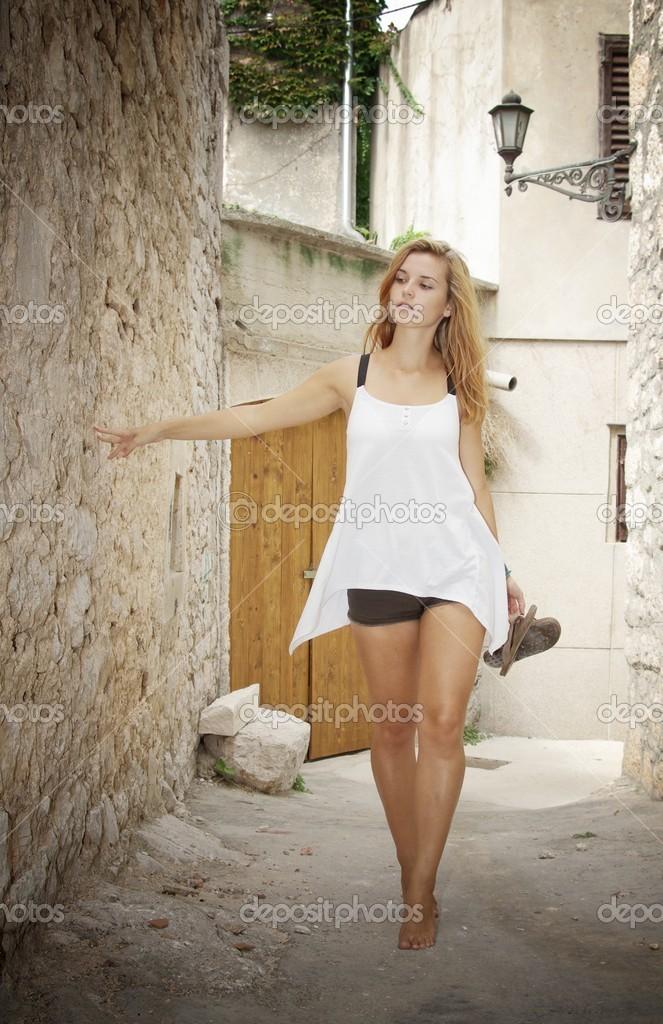 Босиком по улице голая