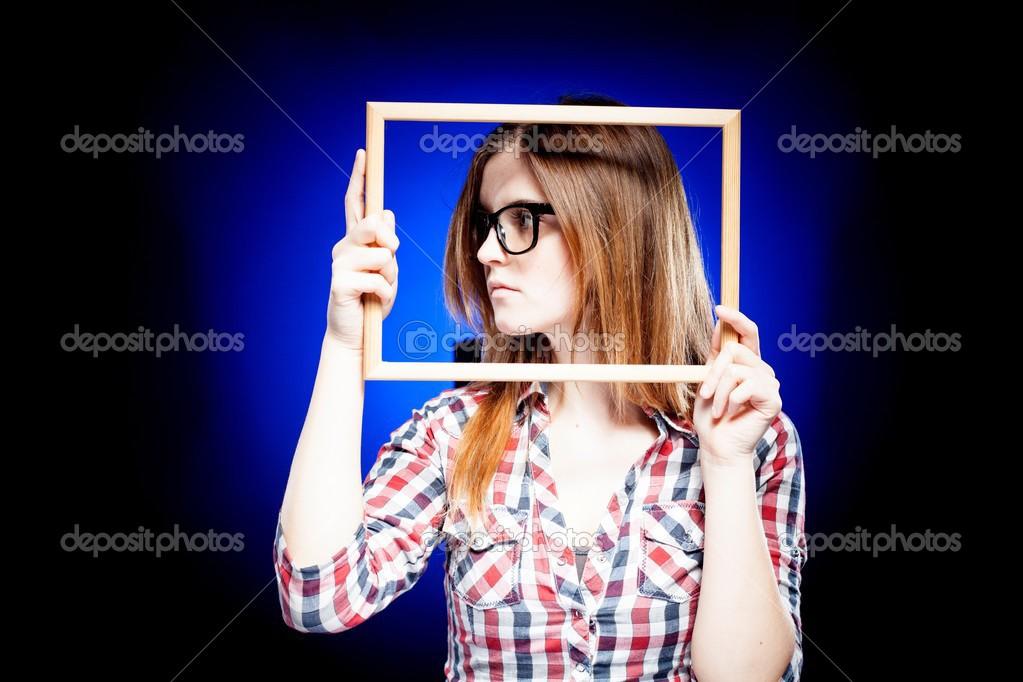 Frau mit Nerd-Brille und Rahmen um ihr Gesicht — Stockfoto ...