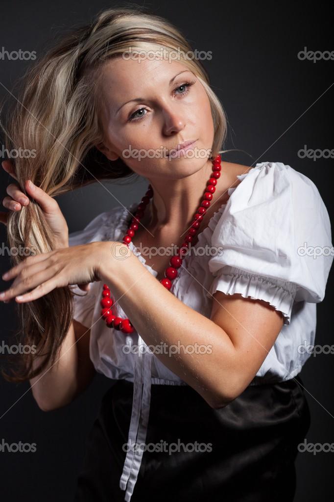Folk Frau In Folklore Kleidung Einen Zopf Flechten Stockfoto