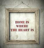 Fotografia casa è dove il cuore è nel vecchio telaio in legno