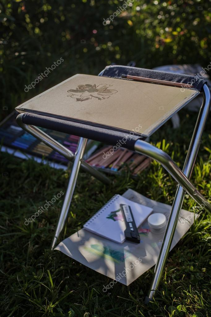 Falt Hocker Und Zeichnen Auf Dem Rasen Stockfoto C Anashkin 14509467