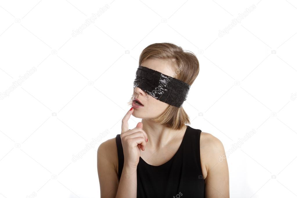 видео девушки завязывают глаза после этого