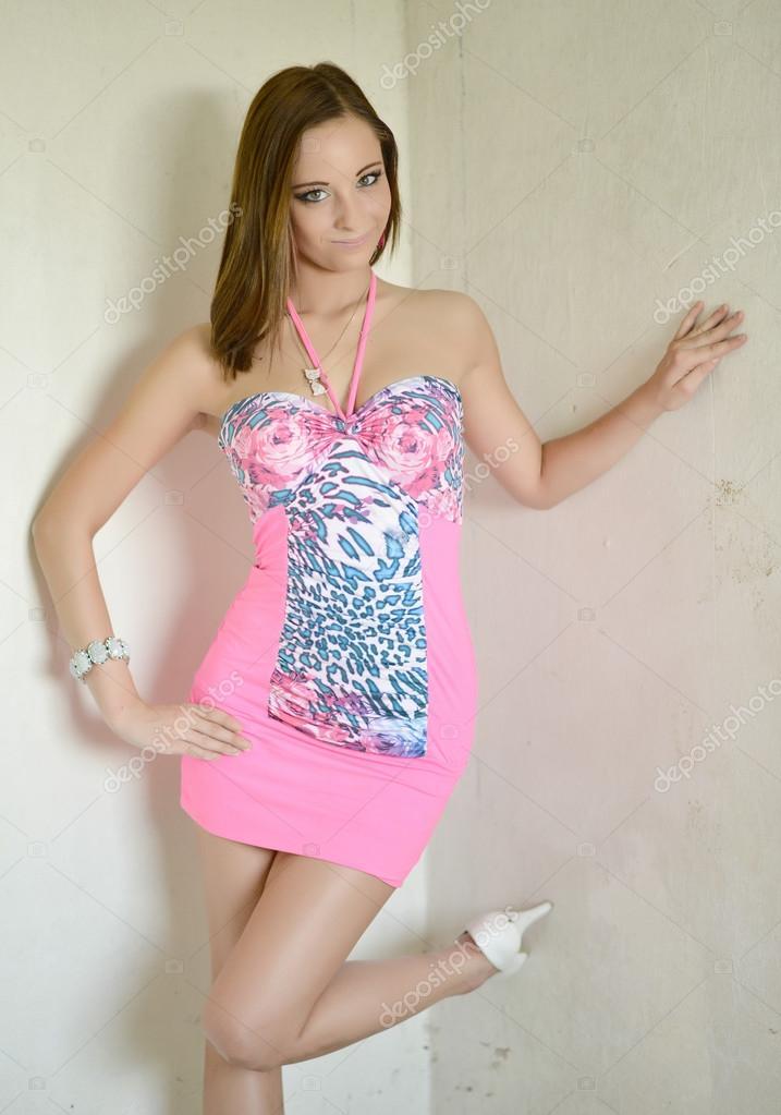 В сексуальном розовом платье