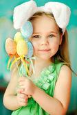 Fotografie niedliche kleine Mädchen mit ein Bunny-Häschen hat eine Ostern im grünen Gras