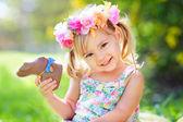 Fotografie Ostern-Mädchen mit Schokoladenhasen