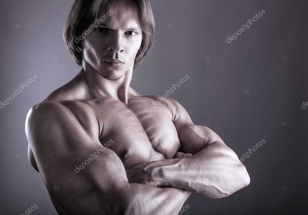 hombre con brazos musculares — Fotos de Stock © artem_furman #44709753