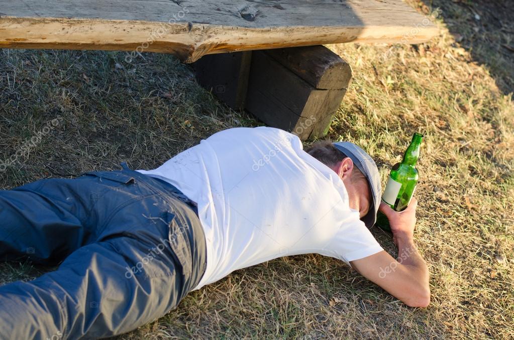 Slapen Op Grond : Dronken man slapen op de grond in de zomer u stockfoto ampack