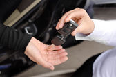 žena předání auta klíče
