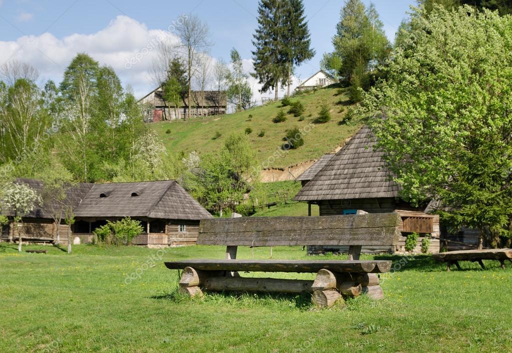 Cabine in legno rustiche su un pendio di montagna foto for Piani di progettazione cabana