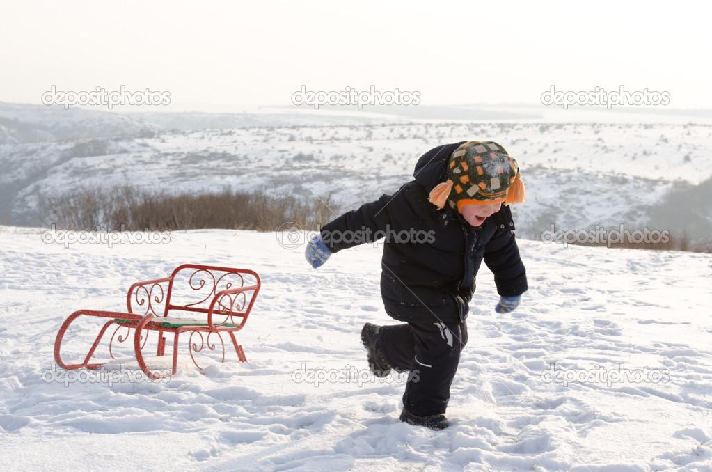 Niño Corriendo Por La Nieve Con Un Trineo