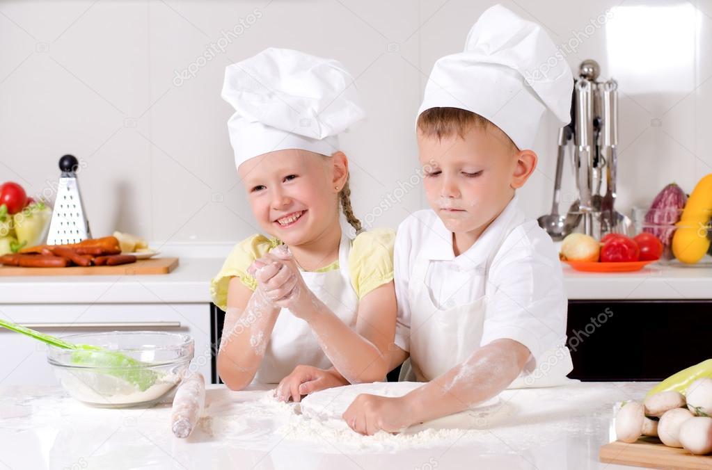 Feliz peque o ni o y ni a cocinando en la cocina foto de - Nina cocinando ...