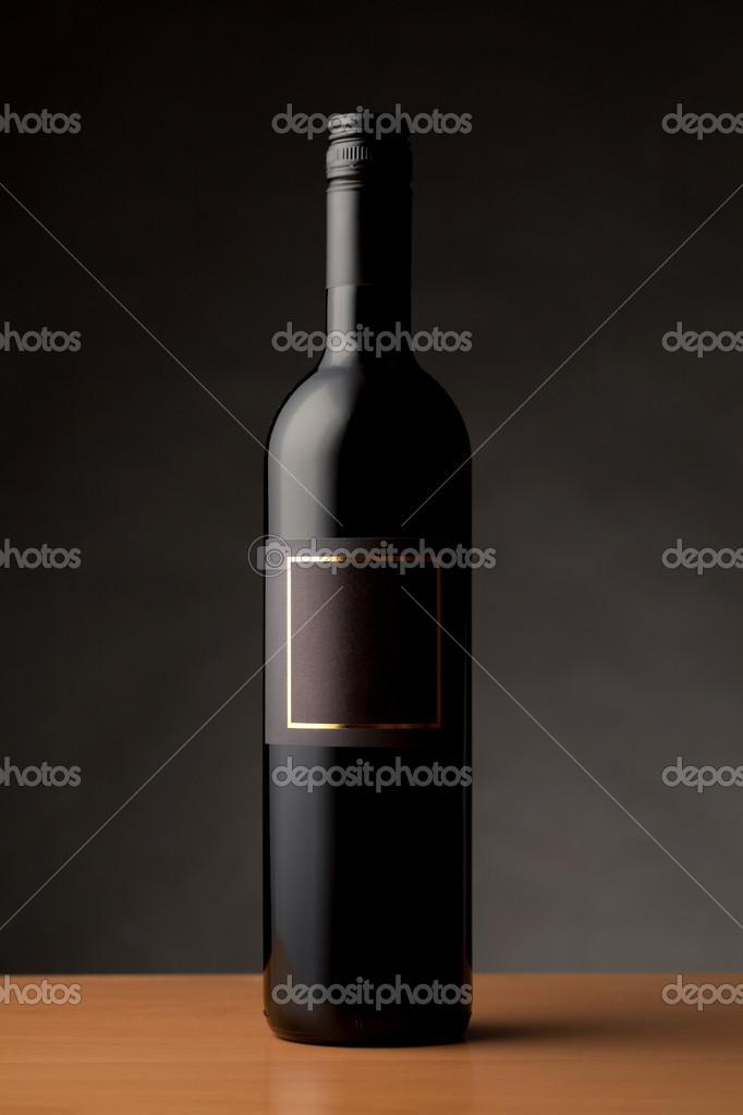 bouteille de vin noir avec une tiquette vide photographie jrp studio 31649163. Black Bedroom Furniture Sets. Home Design Ideas