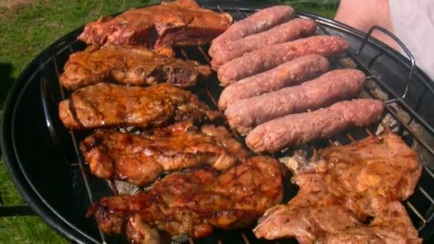 kuře a steak vaření na uhlí gril
