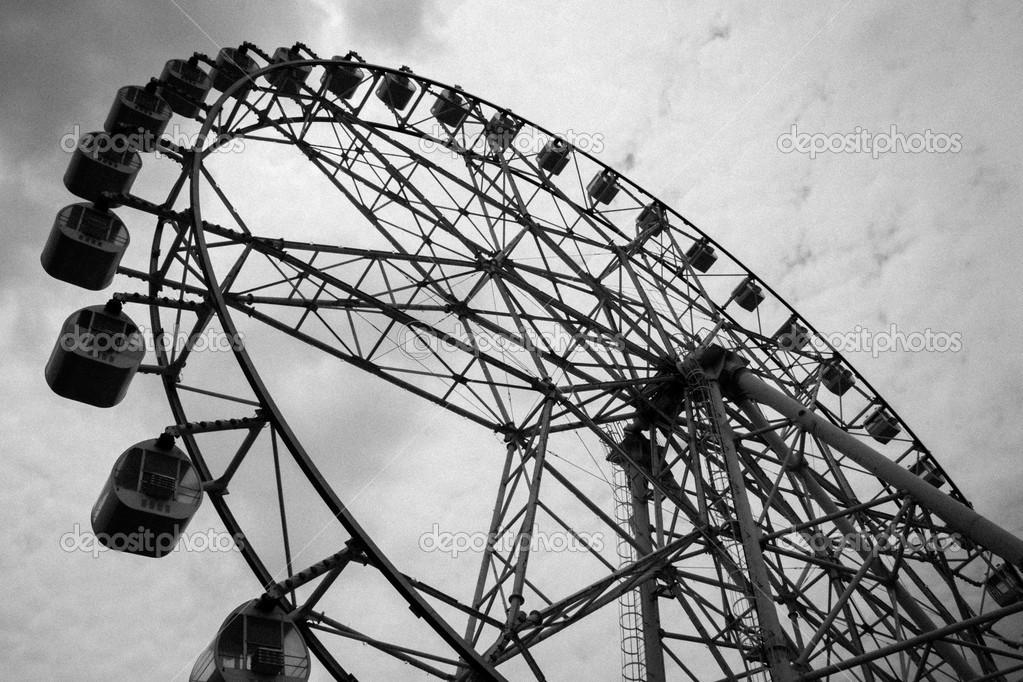rueda de la fortuna en negro, blanco — Foto de stock © h3k27 #25324913