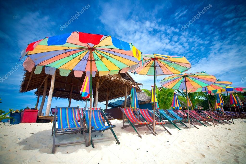 Kleurrijke zon parasols en zonnedek stoelen op het strand stockfoto mayangsari 19825135 - Zon parasol ...