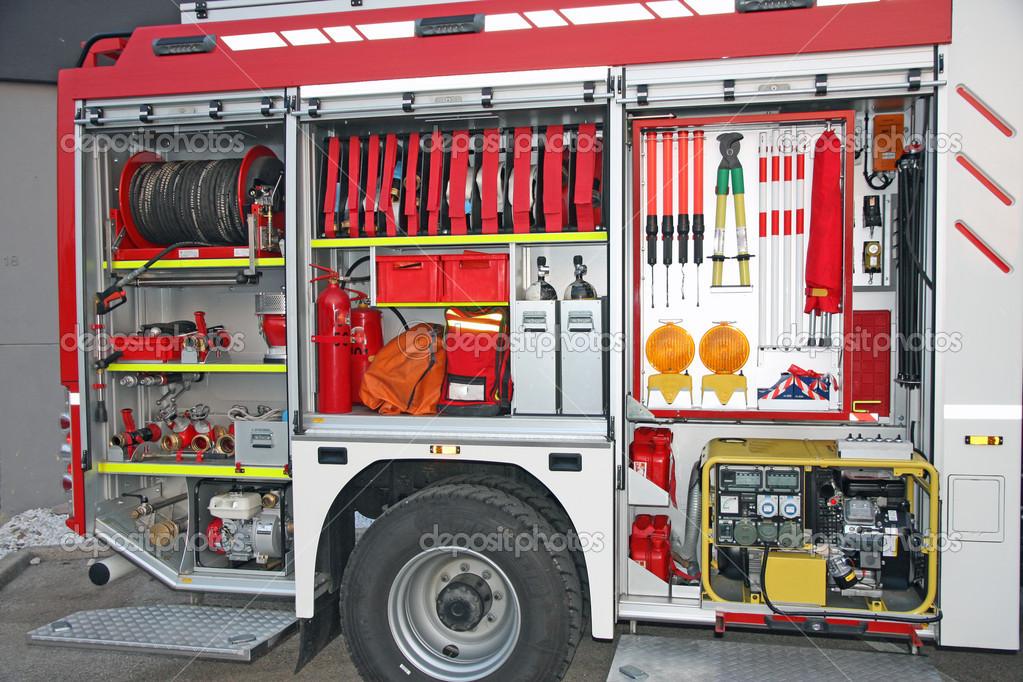 Mat riel de secours l 39 int rieur du camion de pompier for A l interieur de l oreille
