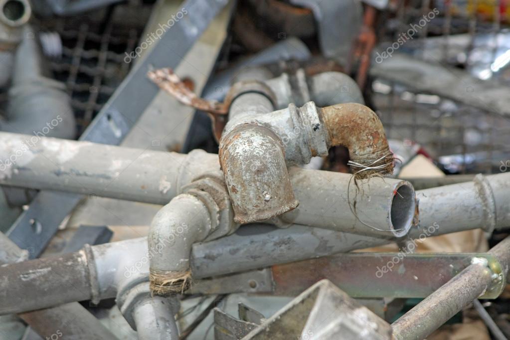 Tubos de hierro oxidado y viejo y plomo foto de stock for Tubos de hierro rectangulares