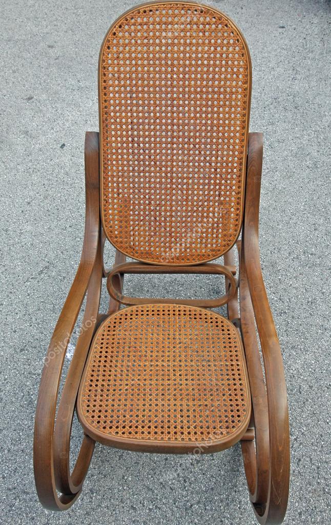 Vintage Schommelstoel Te Koop.Houten Schommelstoel Vintage Te Koop Op Rommelmarkt Stockfoto