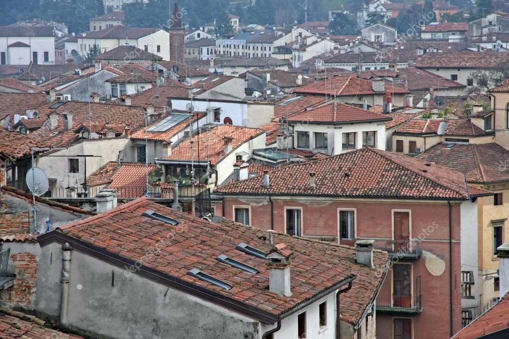 Rode tegel daken en huizen in een oude italiaanse stad u stockfoto