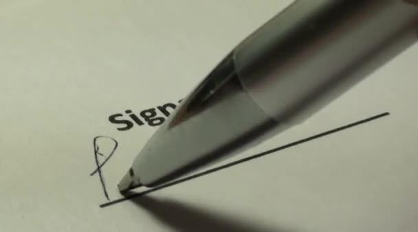 Unterschrift auf einem Blatt Papier des Vertrages