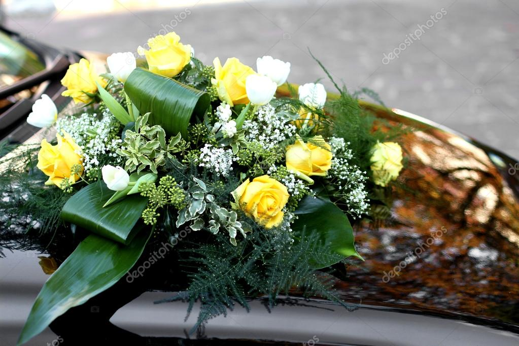 Rosese Und Gelben Blumen Schmucken Die Motorhaube Des Autos Von T