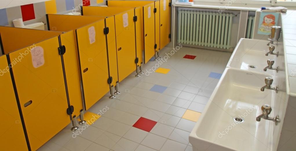 Piccoli Bagni Dei Bambini In Una Scuola Materna E
