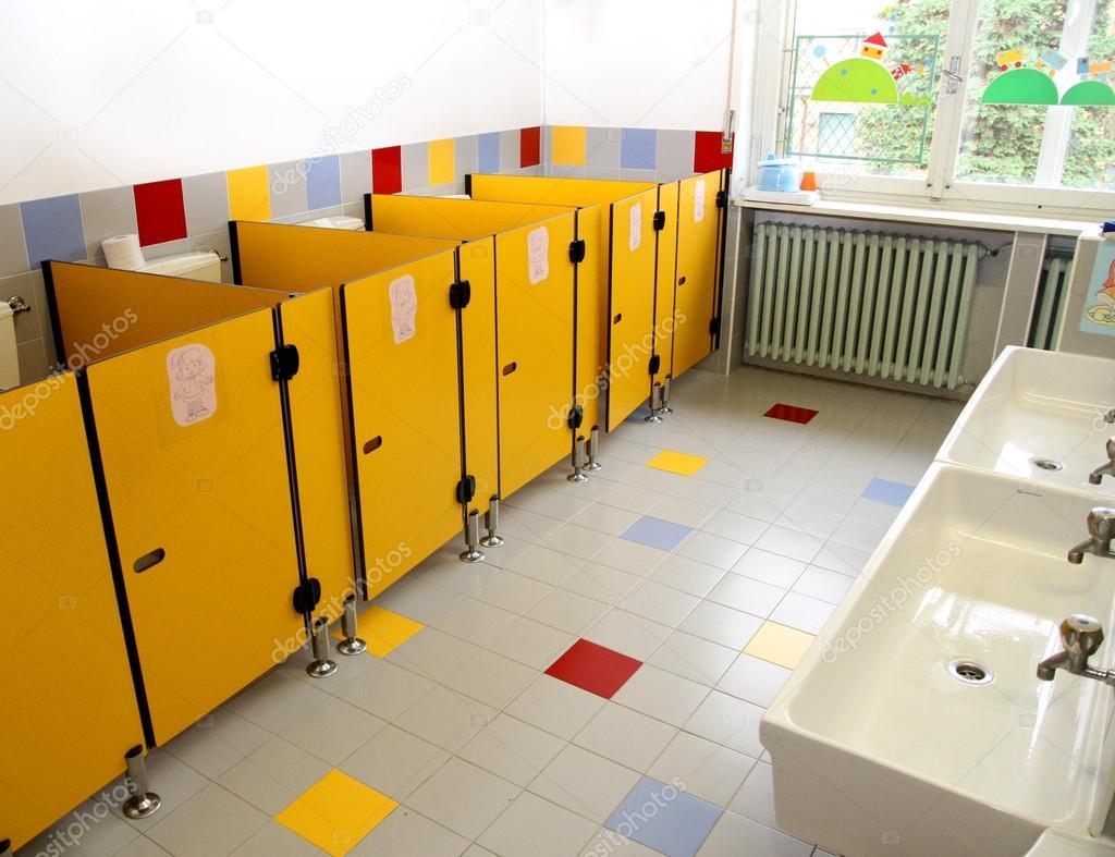 piccoli bagni dei bambini in un asilo nido — Foto Stock ...