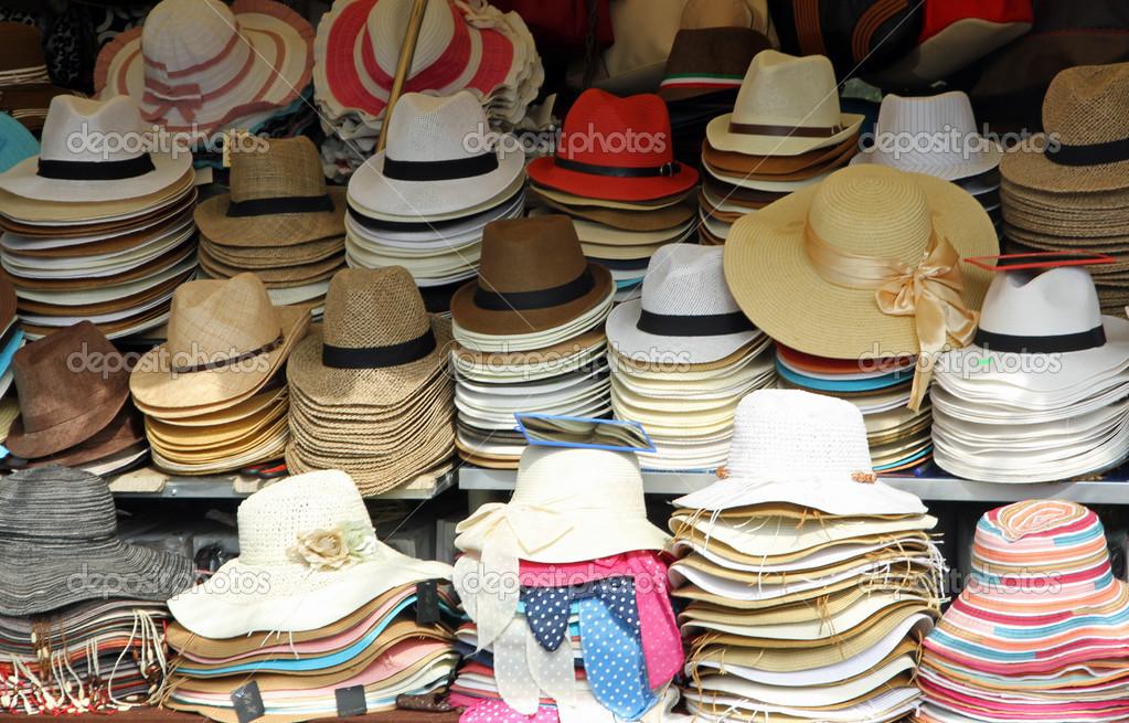Puesto en el mercado con muchos sombreros de sombreros de paja para la venta  — Fotos 0cf99ba6699