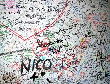 messages of love on the wall of the House of romeo and Juliet in