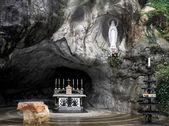 Fényképek a barlang lourdes-ban Szűz Mária szobra sok látogatót vonz