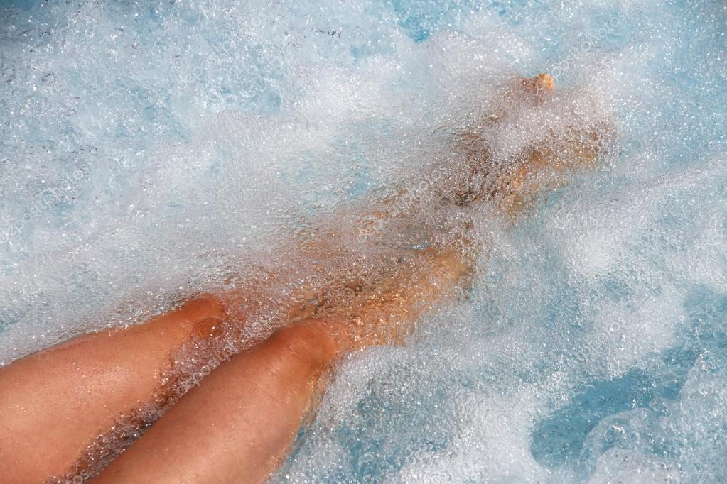Gambe belle donne nella vasca da bagno con idromassaggio - Vasca da bagno con gambe ...