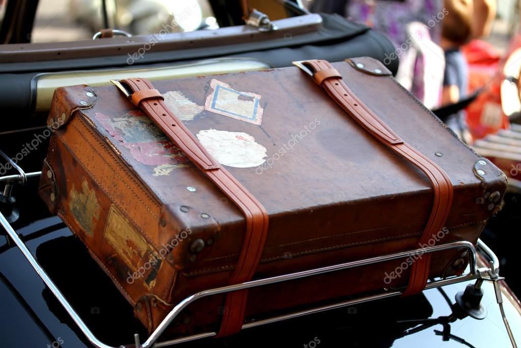 valise dans le porte bagage de voitures anciennes photographie chiccododifc 47932579. Black Bedroom Furniture Sets. Home Design Ideas